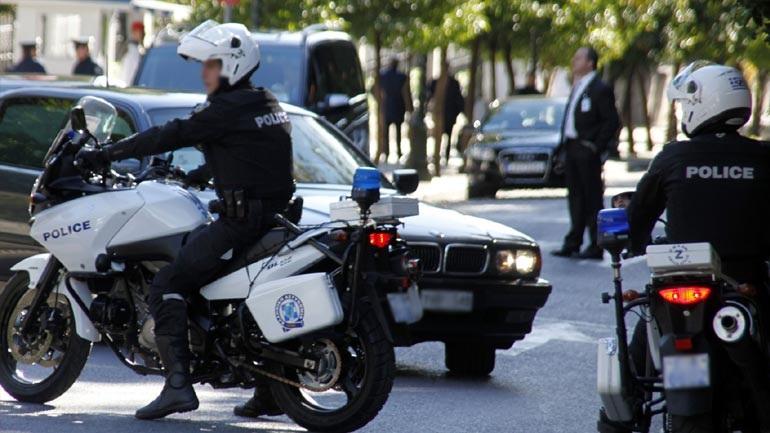 Συνελήφθησαν δύο άτομα, σε περιοχές της Καστοριάς και της Κοζάνης, οι οποίοι προωθούσαν στο εσωτερικό της χώρας, σε δύο διαφορετικές περιπτώσεις, τέσσερις παράτυπους μετανάστες